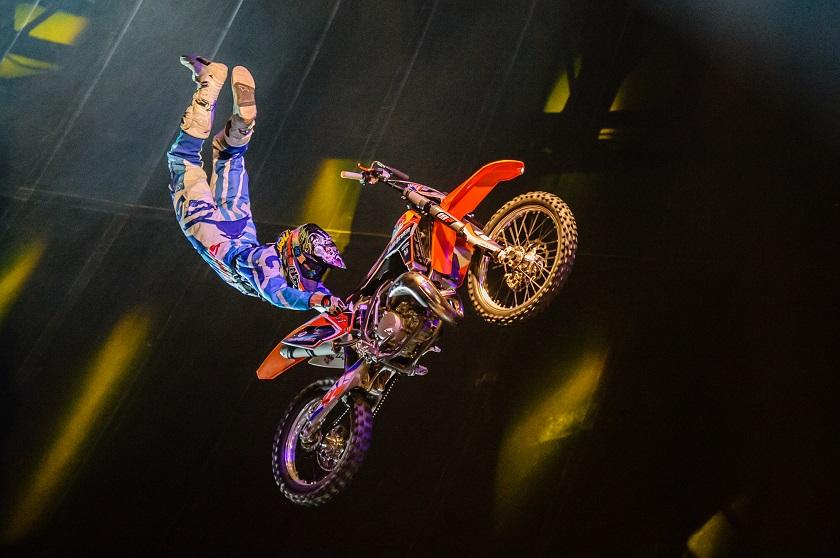 Ein fliegendes Fahrrad im Zirkus Flic Flac (c) Flic Flac