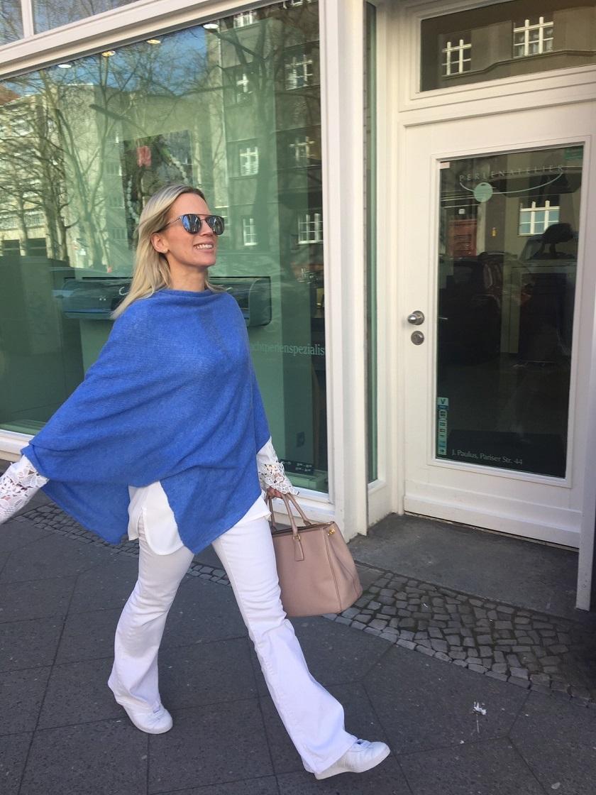 Neu im Programm: Feinstes Cashmere zu erschwinglichen Preisen, so wie dieser Blaue Poncho, den man aber auch als Schaal tragen kann.