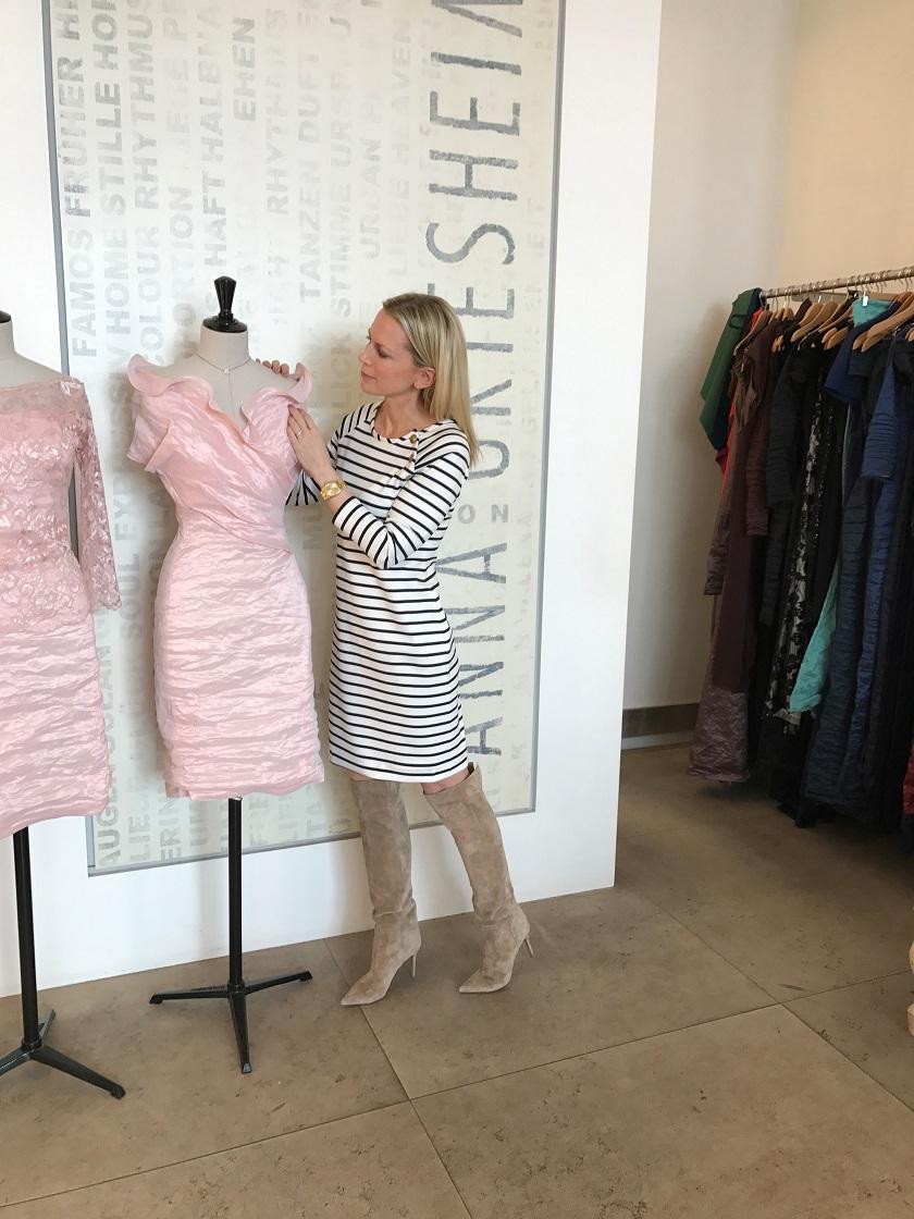 Das rose farbene Kleid ist aus der aktuellen Crash Couture Kollektion – ich habe mich aber in das mediterane Ringelkleid verliebt....