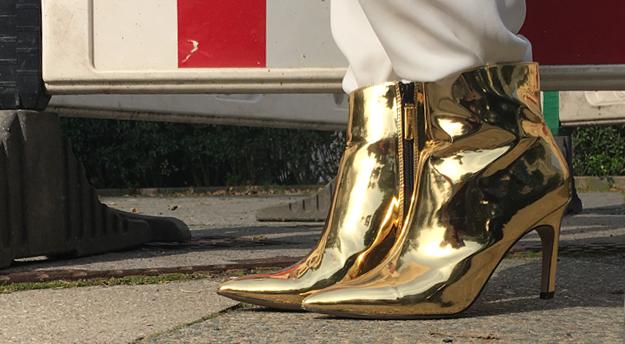 Glitzer Giltzer an den Füßen - mit meinen goldenen Schuhen von Topshop.