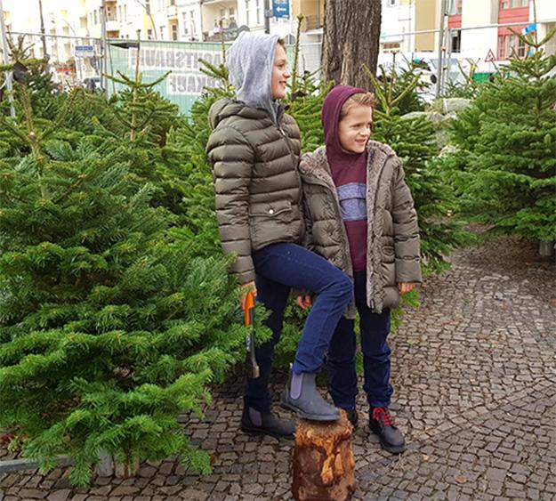 Meine beiden Jungs shoppen den Christmas Tree in ihren il gufo styles.
