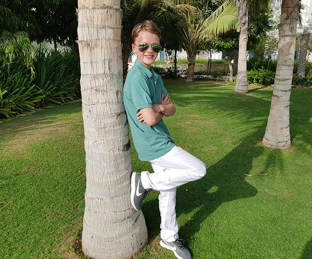 Das grüne Polo und die weiße Leinenhose von il gufo sind ein wahrer Blickfang!